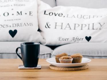 Kaffe og muffins er med til at gøre atmosfæren hos Føniks Misbrugsbehandling afslappet og rolig