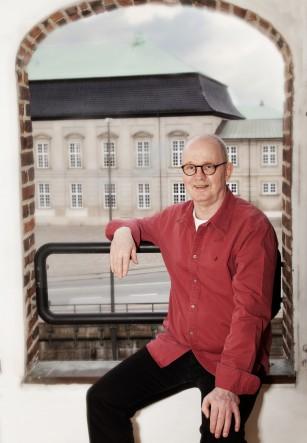 Carsten Birken - Daglig leder af Føniks Misbrugsbehandling - sidder i vinduet på Nybrogade 20